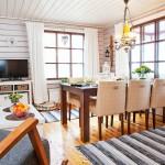 Jouni ja Leila Koistinen ostivat mökkinsä valmiiksi kalustettuna, mutta ovat vuosien varrella täydentäneet sisustusta näköisekseen.