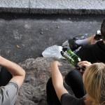 Nuoret nauttivat alkoholia Helsingin keskustassa.
