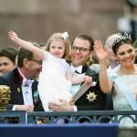 Kruununprinsessa Victoria ja prinssi Daniel sekä prinsessa Estelle nauttivat rennosta juhlatunnelmasta.