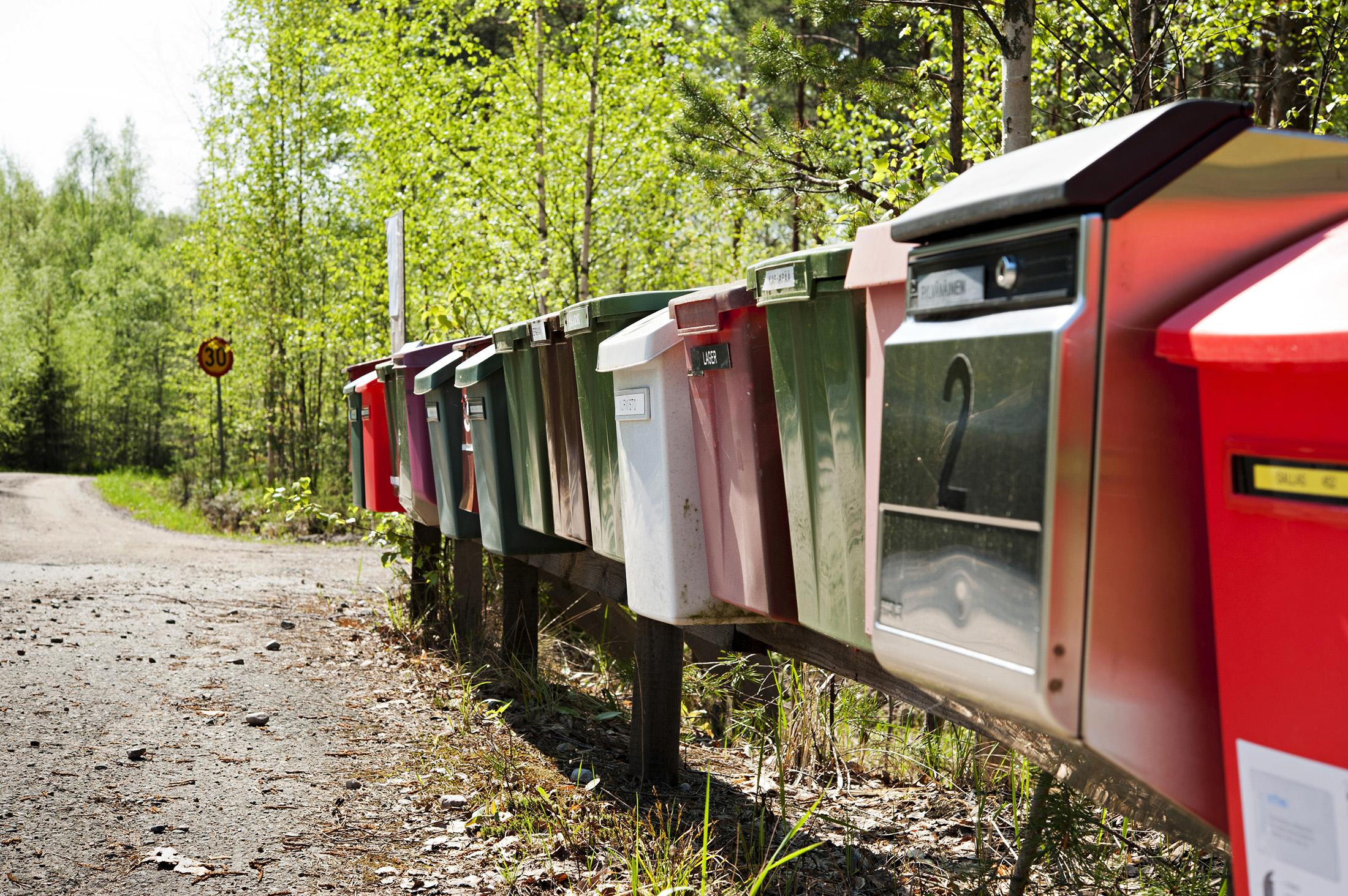 Mäntyharjulla Varpuniementien päässä seisoo mökkiläisten postilaatikkorivistö, 18 laatikkoa.