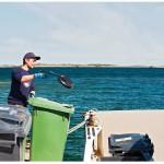 Okko Salo erottelee jätteistä metalliesineitä. Joukosta löytyy myös käyttökelpoisia tarvikkeita.