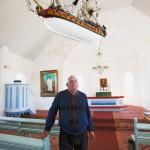 Bruno Johansson esittelee 60 vuotta sitten talkoilla rakennettua Aspön kyläkirkkoa.