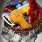 Vuoden 1989 äitiys pakkauksessa tullut keltainen helistin kelpasi kuopuksen käteen. Myöhemmin saadut lahjalelut jäivät useimmiten käyttämättä.