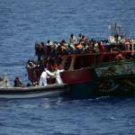 Partiovene pelasti Eurooppaan pyrkiviä siirtolaisia täpötäydeltä kalustusalukselta Välimerellä maaliskuussa.