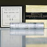 Lahden sotilaslääketieteen museon heroiinitablettiputkilo ja lääkemorfiiniampulleja sisältäviä paketteja toisen maailmansodan ajalta.