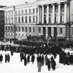 Yliopiston portaille ja edustalle kerääntyi suuri väkijoukko, jonka ratsupoliisit hajoittivat. Paikalla oli myös senaikainen Musta Maija.