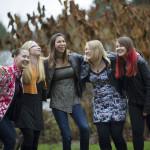 Ystävykset Laura Kettunen, Susa Lesonen, Susanna Aalto, Laura Pöllänen ja Petra Oravakangas pysyvät  toistensa tukena.