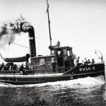 Hinaaja Oulu 3 oli hieman pienempi kuin kadonnut sisaralus Oulu 2. Kuvassa Oulu 3 matkalla heinäkuussa 1946 miehistön siunaustilaisuuteen.
