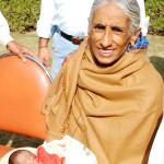 Intialainen Rajo Devi on tiettävästi maailman vanhin synnyttäjä. Hän sai esikoisensa koeputkihedelmöityksellä 70-vuotiaana. Munasolu oli luonnollisesti luovutettu.