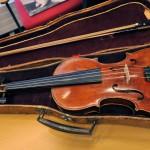 Olavi Virran vanhemmat olivat hyvin musikaalisia, suutari-isä Oskari soitti viulua ja äiti Ida mandoliinia. Musiikin maailma avautui pienelle pojalle apposen auki, kun isä antoi viulunsa pojalleen. Virta soitti vuosia Sörnäisten seurakunnan kamariorkesterissa. Illat hän kuunteli radiosta svengaavampaa menoa. Dallapén oppilasorkesteriin hän liittyi vuonna 1935, jolloin alkoivat myös kitaratunnit.