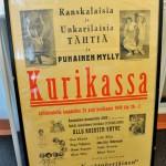 """Kabareetähti Olavi Virta esiintyi muutaman vuoden ajan myös Helsingin revyyteatteri Punaisessa myllyssä. Punaisen myllyn perusti näyttelijä Ossi Elstelä , ja se toimi parikymmentä vuotta. Punainen mylly teki myös kiertueilta maakuntiin. Näyttelyssä nähdään myös muita 1940-luvulta säilyneitä konserttijulisteita, joista yhden mukaan Virta esiintyi """"Mannermaisessa Swing-konsertissa Jack Manuelin Swing Mestarit -orkesterin"""" säestyksellä yhdessä aikansa toisen suurlaulajan Miss Rosie Andrew ' n kanssa. Rosie Andrew oli Marion Rungin äiti."""