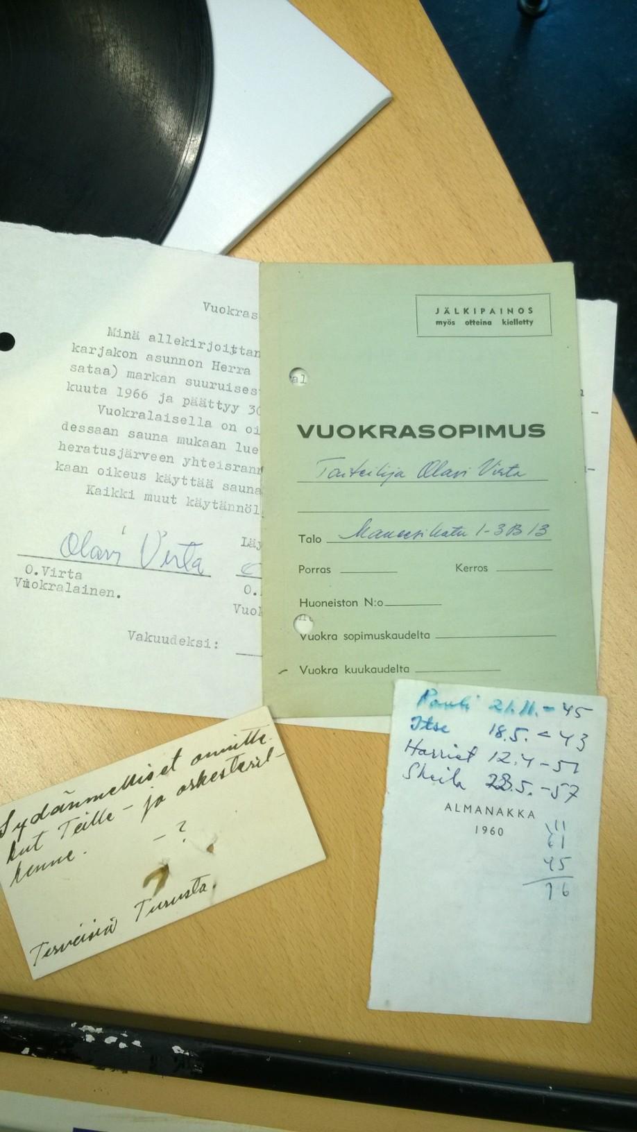 Uransa loppupuolella Virran perhe hajosi ja Irene-vaimo ja lapset muuttivat Ruotsiin. Taloudellisiin vaikeuksiin joutunut Virta joutui muuttamaan usein. Jäämistössä on lukuisia vuokrasopimuksia eri puolilta Suomea, kuten kuvan vuonna 1966 solmittu lyhytaikainen vuokrasopimus Läyliäisissä sijaitsevaan karjakonasuntoon. Lukuisissa muutoissa on kulkenut mukana myös vuoden 1960 almanakan irtirevitty sisälehti, johon laulaja on kirjoittanut lastensa Paulin, Ilsen, Harrietin ja Sheilan syntymäajat.