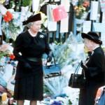 Dianan hautajaisiin osallistui kuningattaren lisäksi myös hänen äitinsä Elisabet, jota kutsuttiin kuningataräidiksi. Hän eli 101-vuotiaaksi.