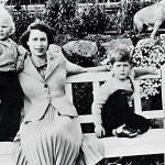 Kuningatar kesäasunnollaan Balmoralin linnan pihalla syyskuussa 1952 Annen (vas.) ja Charlesin kanssa. Charles on kritisoinut äitiään kylmyydestä, mutta Anne on aina puolustanut äitiään.