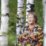 Eläkeläinen Riitta Kärmeniemi viihtyy luonnon keskellä. Erityisesti hän saa voimaa eläinten auttamisesta.
