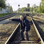 Arnold palasi Seuran reportterien kanssa ensimmäistä kertaa rautatiekiskoille, joilla hän vuosikymmeniä sitten joutui tulitaisteluun kommunistien kanssa.
