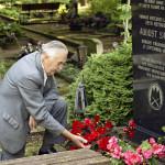 Arnold lausuu kunnioittavia sanoja maan taskussa lepäävästä viimeisestä metsäveljestä, August Sabbesta. Sabbe paljastui vasta 1978. KGB hukutti hänet.