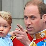 Pikkuprinssi George isänsä Williamin sylissä. George on Elisabetin pojanpojan-poika.