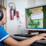 Vantaan Uomarinteen alakoululaiset pelaavat pari kertaa viikossa välituntisin Ekapeli-opetuspeliä tietotekniikkaluokassa.