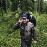 Liikkuuko Rovaniemen Lomavaaran ympäristössä karhua? Riistakeskuksen erikoissuunnittelija Harri Nordberg kuulostelee. Takana toimittaja Ville Vanhala.