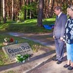 Kulle Raig ja Jüri Trei Otsin haudalla Metsäkalmistossa.