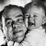 Isän onnea kesällä 1968, kun Mariann-tytär täytti vuoden.