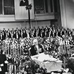 Gustav Ernesaks jättää jäähyväiset Otsin muistotilaisuudessa Estonia-teatterissa 10. 9. 1975.