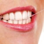 Hammasvälien puhdistamiseen sopivat hammaslanka, hammastikku, silikonitikku, hammasväliharja sekä hammaslankain.