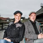 Joona (vas.) ja Jani Jalkasen työ Kari Tapion musiikin vaalijoina jatkuu juhlavuoden kiertueella, joka päättyy marraskuussa Pieksämäelle.