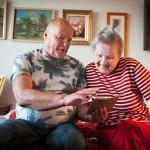 Jukka Silander näyttää äidilleen valokuvia. Kuvasta Helena tunnistaa Jukan mutta ei veljeään.