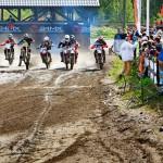 Vantaan Vauhtikeskuksessa yleisö jännittää motocross-lähtöä lankkuaidan takana.