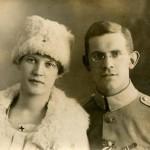 Sylva ja tuleva aviomies Otto Wilhelm Nenonen kuvauttavat itsensä Tallinnassa 1919.