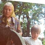 Sofi Oksanen kävi usein isoäitinsä kanssa Kullamaan hautausmaalla.