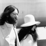 John Lennon ja hänen vaimonsa Yoko Ono Geneven lentokentällä vuonna 1969.