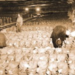 Kenraali George Pattonin 3. armeijan sotilaat ja asiantuntijat tutkivat satoja kultaharkkoja sisältäviä säkkejä, jotka löydettiin eteläsaksalaisesta suolakaivoksesta ja joissa kaikissa oli merkintä Deutsche Reichsbank, Saksan Valtionpankki.