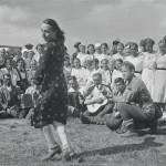 """""""Koska on vapaapäivä, niin pieni huvittelu on paikallaan"""", kertoo Äänislinnassa toukokuun 31. päivänä 1942 otetun kuvan teksti. Sotilaille oli tarjolla ripaskaa kitaran ja hanurin säestyksellä."""