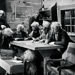 Kansallisteatterin näytelmässä vuonna 1934 lukkari paukutti  lukemisen taitoa seitsemän veljeksen koviin kalloihin. Näyttelijöinä muun muassa Tauno Palo (lukkarin kuritettavana) ja Aku Korhonen (pöydän päässä).