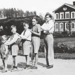 Ehrnroothien serkussarjassa – vasemmalta Robert, Göran J., Casimir, Carl ja Georg – vanhin oli itseoikeutettu johtaja.