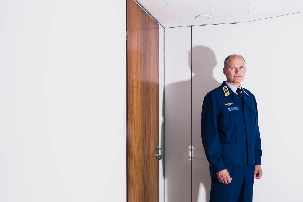 Puolustusvoimia komentajan toiminut ilmavoimien upseeri ja Hornet-lentäjä, kenraali Jarmo Lindberg.