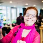 Kirsti Aaltonen on vapaaehtoinen runonlausuja, joka kiertää viihdyttämässä vanhuksia.