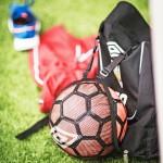 Näin kätevästi jalkapallo kulkee nykyään pikkufutaajan matkassa.