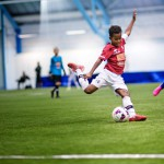 KäPa:n kymmenenvuotias keskikenttäpelaaja Oumar Balde käynnistää hyökkäyksen.