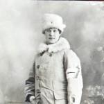Sylvan ristimänimi oli Sylvi, toinen nimi vaihteli Kyllikistä Kyllickiin. Myös hänen sukunimensä kirjoitettiin välillä Cronwall. Oikea nimi oli Sylvi Kyllikki Kronwall ja syntymäaika 21.5.1899. Kuvassa hän on 19-vuotiaana sairaanhoitajana Tallinnassa.