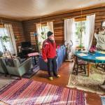 """Tässä tuvassa turistiin ja juotiin monet kahvit"""", Keijo Karttunen kertoo. Erkki Sundströmin ostaman Muukkosen tilan päärakennuksen kunnostuksesta sai alkunsa miesjoukko, joka kiinnostaa tutkijoitakin."""