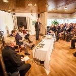 Yliopistotutkijat Ilkka Pietilä (mikrofonin edessä) Marjaana Seppänen ja Elisa Tiilikainen kertovat tutkimushankkeesta.