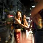 Iltamenoa lähellä sulkemisaikaa Nana Plazalla, joka on yksi Bangkokin seksiturismin keskuksista.