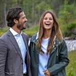 Nyt hymyilyttää. Prinssi Carl Philipin ja prinsessa Sofian viime kesänä solmittu avioliitto täydentyy esikoisella ensi keväänä. Vauvan on kerrottu syntyvän huhtikuussa.
