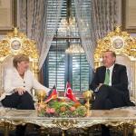Angela Merkel vieraili Recep Tayyip Erdoganin luona lokakuussa 2015. Turkin ja Isisin suhde ei nostattanut vierailun aikana suuria otsikoita.