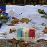 Kynttilöitä palamassa Pariisin terrori-iskujen uhrien muistoksi Batacian-teatterin edessä Pariisissa 18.11.2015.