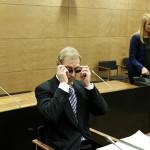 Mallipomo laittoi aurinkolasit silmilleen heti, kun häntä alettiin kuvata oikeudessa.